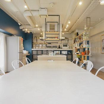 【6Fラウンジ】ハンドミキサーやルクルーゼなど充実した調理設備を完備!
