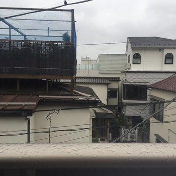 眺望。お隣の屋根が見えます。※写真は前回募集時のものです