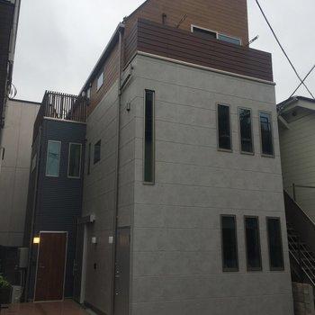 コンクリート打ちっぱなし風の外観。※写真は前回募集時のものです