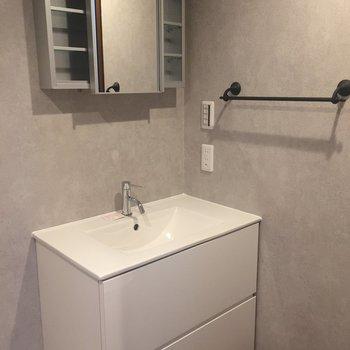 洗面台です。なんと鏡は左右にスライドします。※写真は前回募集時のものです
