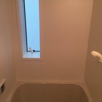 お風呂。窓を開ければ換気ができます。※写真は前回募集時のものです