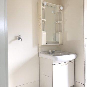 独立洗面所周辺は白いので清潔感があります。