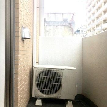 【洋室】こちらはゆとりあるスペースなので洗濯物をどうぞ。