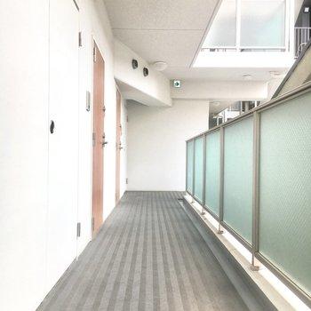 【共有部】角部屋なのでエレベーターは少し離れています。