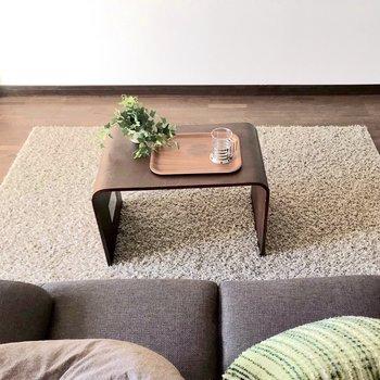 壁側にはテレビを置いてリラックス。(※写真の家具は見本です)※写真は1階の同間取り別部屋のものです