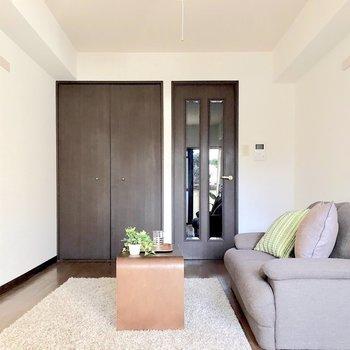 スタンダードだけど、濃いブラウンが大人っぽい。(※写真の家具は見本です)※写真は1階の同間取り別部屋のものです