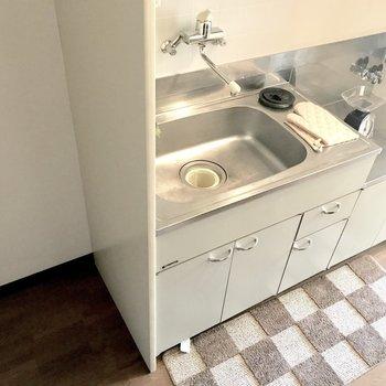 冷蔵庫は玄関側に。(※写真の家具は見本です)※写真は1階の同間取り別部屋のものです