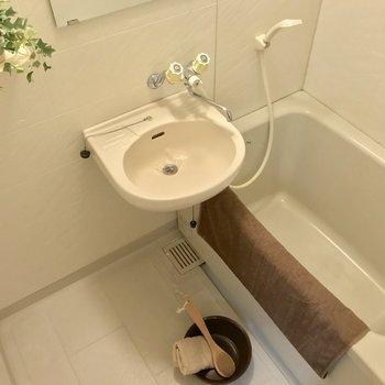 2点ユニットだけど、浴槽はゆったりしていました!(※写真の家具は見本です)※写真は1階の同間取り別部屋のものです