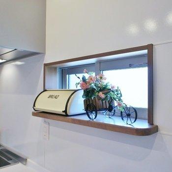 キッチン小窓に緑を置くのも◎