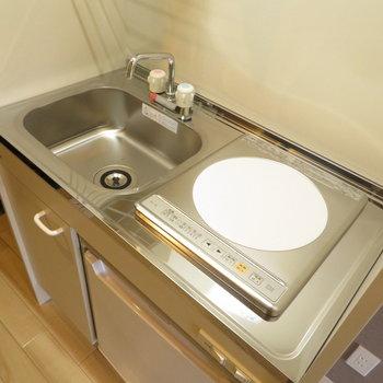 コンパクトなキッチンには小さな冷蔵庫付き※写真は前回掲載時のものです。