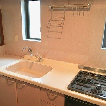 キッチンは現代的。90年代頃の香り。