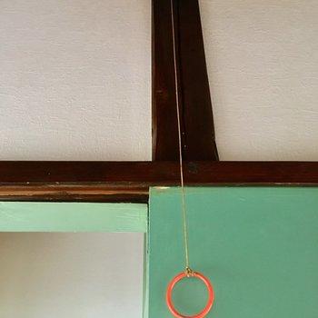 トイレの照明は、こちらのオレンジの輪っかを引っ張ることで操作します。