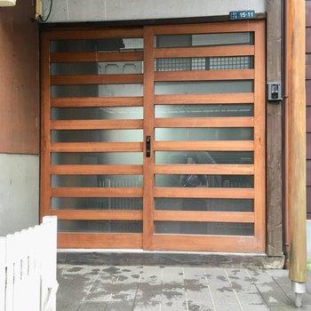 引き戸の大きな玄関前も、ゆとりがあります〜