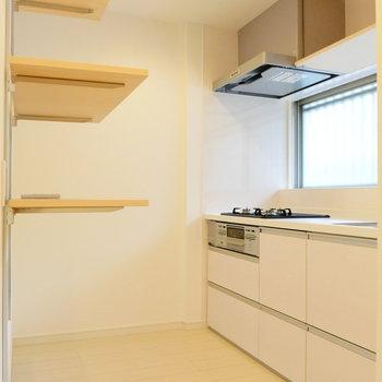 ひろ〜いキッチン。冷蔵庫は棚の奥に。※写真は前回募集時のものです。