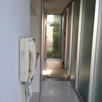 キッチンスペースへ※写真は3階の似た間取りの別部屋です。