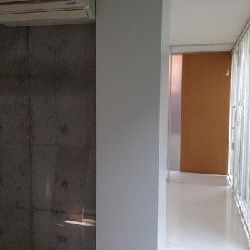 1Rだけど寝室とダイニングがゆるく仕切られていて。※写真は3階の似た間取りの別部屋です。