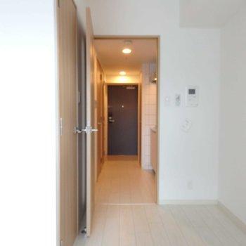 ドア近くに何か置けそうですね。※写真は14階の同間取り別部屋です。