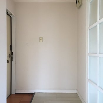 玄関もコンパクト、シューズラックはお好みで設置しましょ(※写真は清掃前のお部屋のもの)
