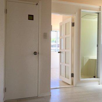 向こうのお部屋が寝室ですね(※写真は清掃前のお部屋のもの)