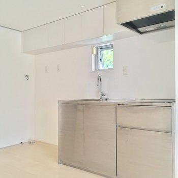 キッチンはクールなステンレス!洗濯機置場もお隣に。