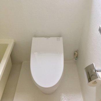 お隣にはタンクレストイレ。モチロンウォシュレット付き