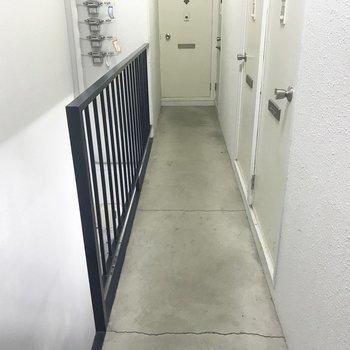共用部はこんな感じ!1階はちょっと暗めかも・・・※写真は同間取り別部屋です