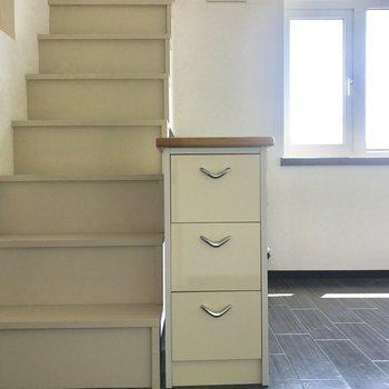 階段をのぼっていきます※写真は同間取り別部屋です