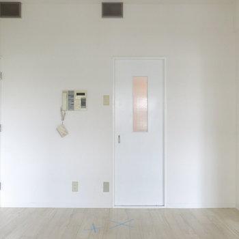 白の扉がかわいいお部屋。