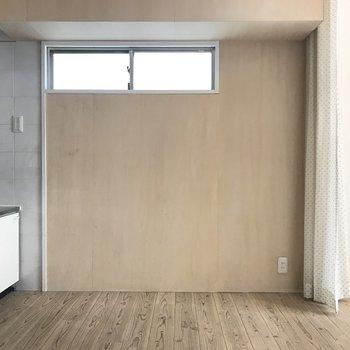 キッチン横は木の壁。窓のおかげでダイニングも明るいです。