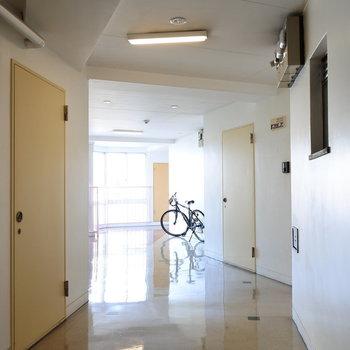 共用廊下は室内に。両サイドに窓があって明るいです。