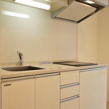 キッチンも白で統一。※写真は同タイプの別室。