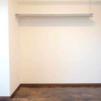 お部屋の上には棚が。