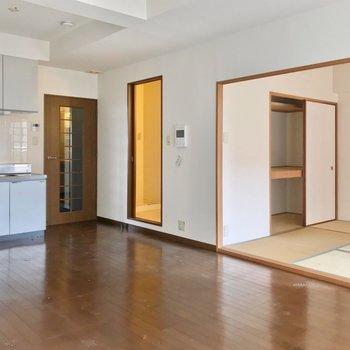 キッチンの近くには脱衣所。寒い冬も廊下に出なくていいのは嬉しいな〜(※写真は7階の同間取り別部屋、清掃前のものです)
