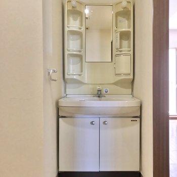 大きな洗面台で朝の支度もラクラク。(※写真は7階の同間取り別部屋、清掃前のものです)