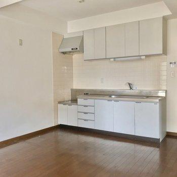 コンロ側に冷蔵庫を置けます。(※写真は7階の同間取り別部屋、清掃前のものです)