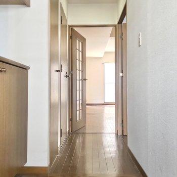 廊下を抜けてリビングへ。(※写真は7階の同間取り別部屋、清掃前のものです)