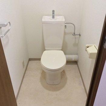 トイレは洋室の向かいに。ウォシュレットは持ち込みで取り付けられます。(※写真は7階の同間取り別部屋、清掃前のものです)