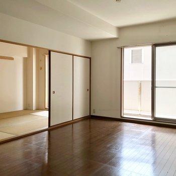 洋室の隣には6畳の和室。襖で仕切れます。(※写真は7階の同間取り別部屋、清掃前のものです)