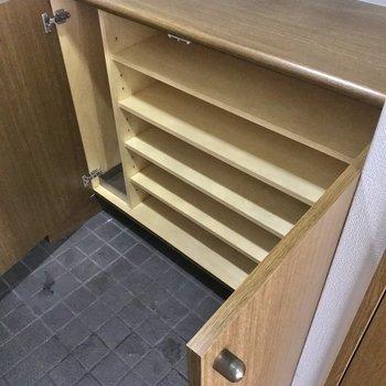 下のほうには、よく履く靴や傘を。(※写真は7階の同間取り別部屋、清掃前のものです)