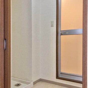脱衣所は少しコンパクト。洗濯機は大きなものもおけますよ。(※写真は7階の同間取り別部屋、清掃前のものです)
