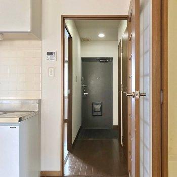 廊下側にも、もう1部屋洋室があります。(※写真は7階の同間取り別部屋、清掃前のものです)