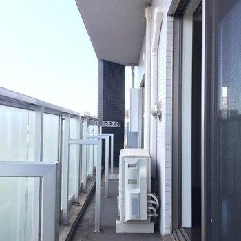 ながーいバルコニー ※写真は13階の同間取りのお部屋です。