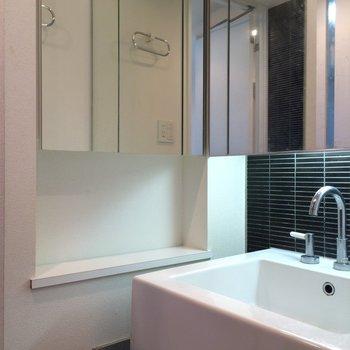 鏡に囲まれた洗面台 ※写真は13階の同間取りのお部屋です。