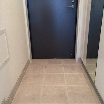 大きめの玄関 ※写真は13階の同間取りのお部屋です。
