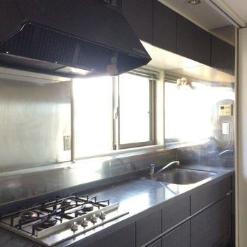 クールな4口のシステムキッチン ※写真は13階の同間取りのお部屋です。