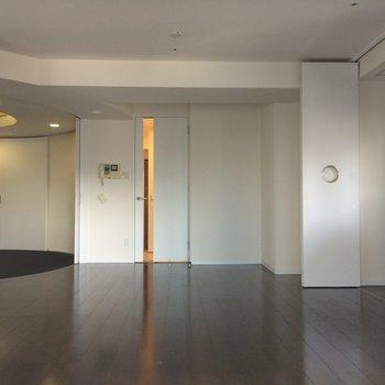 窓側からお部屋を撮影 ※写真は13階の同間取りのお部屋です。