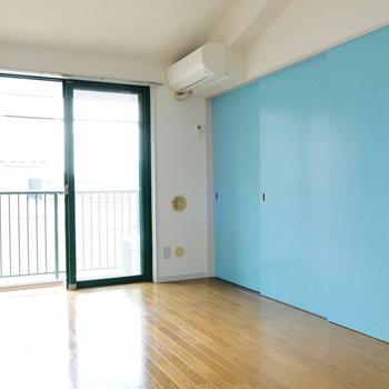洋室とは湖のような色の引き戸で仕切って。