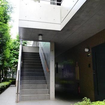 4階まで階段で。