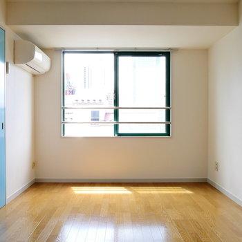ここが洋室。採光窓はどちらも南東向いてます。