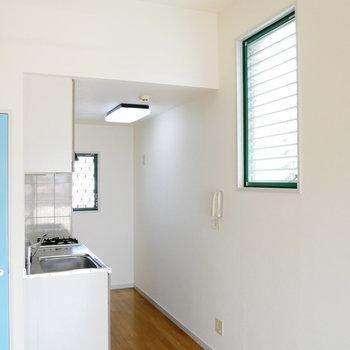 天井高いし、窓も2面あるのがいいですね。